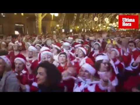 Es Born se tiñe de rojo con cientos de Santa Claus
