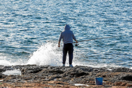Muere un vecino de Sant Antoni que estaba pescando y fue arrastrado por las olas