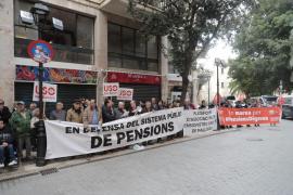 Concentración en el Parlament para exigir que inste al Gobierno a subir de las pensiones