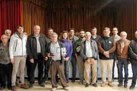 Los criadores de 'porc negre' premian con su insignia la labor de Tomeu Torres