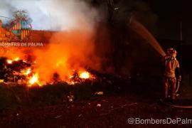 Actuación de los bomberos en un incendio en Son Banya
