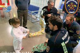 Los bomberos reparten regalos e ilusión en el Hospital de Inca
