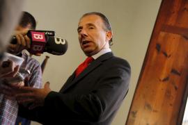 Delgado dice que la contratación de su novia es un «paso más en la austeridad»