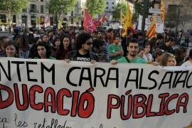 Centenares de universitarios protestan en Palma contra los recortes