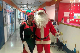 Papá Noel y su elfa en el Hospital Can Misses ayer