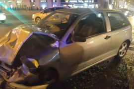 Un conductor choca contra dos coches en Palma y se da a la fuga