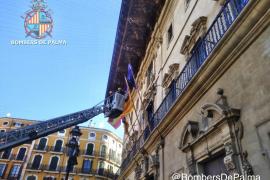 Los bomberos «liberan» la bandera de la UE, enganchada en la fachada de Cort