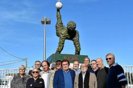 La escultura 'La chilena', inspirada en Maradona, se exhibe en Palma