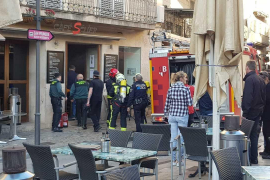 Los bomberos sofocan un incendio en una cafetería de Sóller