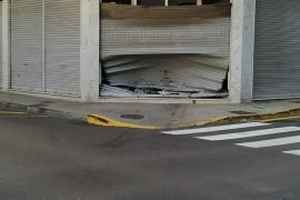 Un coche se empotra contra un negocio en Palma y se da a la fuga