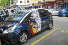 Un conductor borracho choca contra dos coches de policía aparcados frente a la Jefatura, en Palma