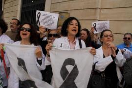 La policía pide a los trabajadores del Hospital General que dejen de protestar frente al Parlament