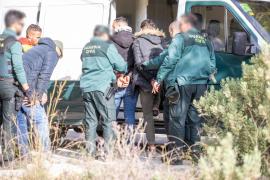 La detención de los inmigrantes llegados en patera a es Cubells, en imágenes (Fotos: Toni P.).