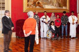 Un grupo de niños saharauis de Escola en Pau visitan el Parlament