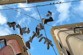 Zapatillas con mensaje en las calles de Palma