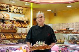 Gonzalo González, titular de la pastelería La Canela, ayer, en el negocio situado en la calle Aragón nº 54 en Ibiza