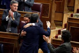 Sánchez e Iglesias se funden en un abrazo: «Bien está lo que bien acaba»