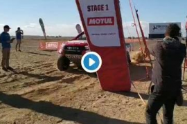Fernando Alonso, parado en mitad de la segunda etapa del Dakar