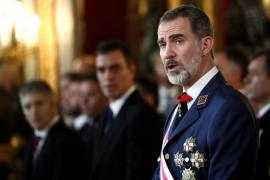 El Rey elogia «la entrega y el compromiso con la Constitución» de los militares