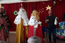 La visita de los Reyes Magos al Hospital Residencia de Cas Serres, en imágenes
