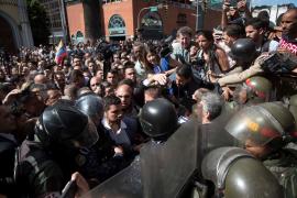 Golpean y roban a varios periodistas frente al Parlamento de Venezuela