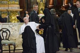 El Papa a una monja: «Te doy un beso, pero tú no me muerdes»