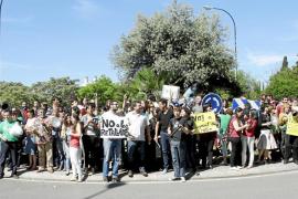 Alumnos, padres y docentes alzan su voz contra los recortes