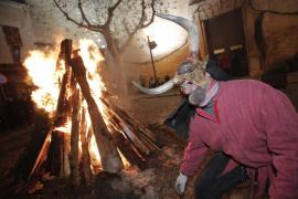 Muro celebra Sant Antoni con fuego, dimonis y un desfile de carrozas