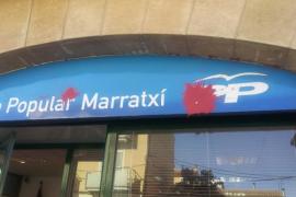 Los Maulets «atacan» con pintura roja la sede del PP de Marratxi