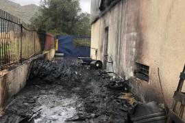 Virulento incendio en una nave industrial de Pollença