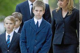 Iñaki Urdangarin despide a su padre arropado por la infanta Cristina y sus hijos