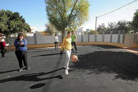 Varios alumnos juegan a fútbol en el patio del colegio