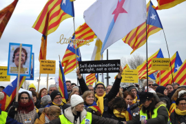 Un centenar de manifestantes respalda a Puigdemont junto a la Eurocámara