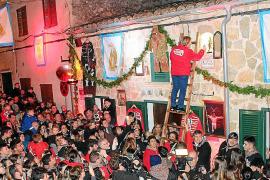 El 'canvi de murta' frente a Can Joan Siulo desata la 'locura santantoniera' en Son Servera
