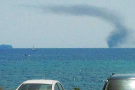 Rescatados  tres tripulantes de un velero que ardió entre sa Ràpita y Cabrera