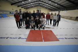 Directivos, técnicos y jugadores del Espanya Hoquei Club montan la nueva pista en Son Rapinya