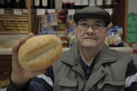 Rafel Martí, propietario del Forn Can Rafel: «El 'llonguet' hay que comerlo caliente, si no, pierde mucho encanto»