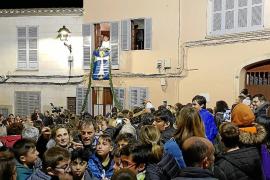 La Picarolada abre el gran día de Sant Antoni en Capdepera y la calle se llena de ruido y fiesta