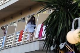 El Govern prohíbe el turismo de borrachera y expulsará a quien haga balconing