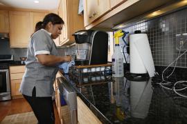 Una oferta de empleo busca a una trabajadora del hogar interna, sin hijos y que libre dos días al mes