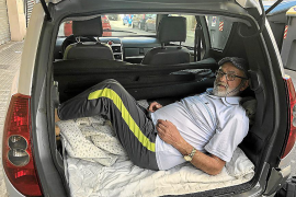 El hombre que duerme en el maletero de un pequeño coche en Palma