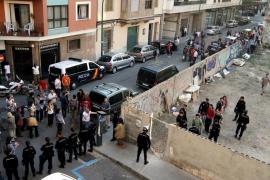 La policía desaloja sin incidentes a decenas de 'indignados' de la antigua Casa del Pueblo