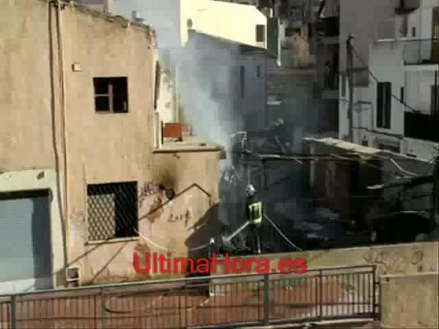 Un incendio quema un edificio ocupado del Arenal cuando estaba  vacío