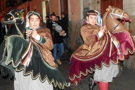 Los Cavallets desafían a la lluvia con sus danzas en Pollença