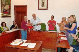 El pleno acuerda abrir «los expedientes necesarios» a la secretaria municipal
