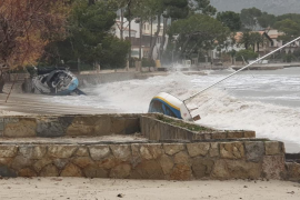 Unos 20 barcos acaban sobre la arena en el Port de Pollença por el temporal