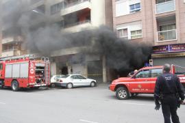 Un incendio en un párking de Palma daña tres coches y obliga a evacuar dos edificios