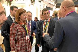 Vicent Marí habla con el conseller, Iago Negueruela y la presidenta Armengol, ayer, en la primera jornada de FITUR