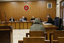 Condenado a nueve meses de cárcel por envolver con cinta de embalaje a su expareja y sacarla por la ventana en Palma