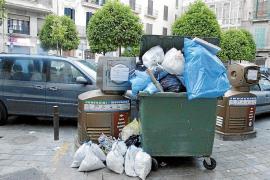 Las quejas de ciudadanos y comerciantes obligan a Emaya a poner más contenedores